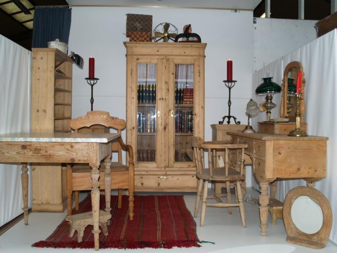 ældre antikke fyrretræsmøbler vitrineskabe langborde spisebord fyr